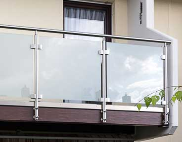 Balkongeländer mit Glasfüllung, Glasscheiben mit Glasklemmen in Pfostenachse montiert