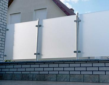 Glasklemmen für ein Sichtschutz aus Glas auf einer Terrasse