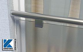 Montagebeispiel einer Rohrverschraubung - verschweißt mit einem Edelstahlrohr 42,4 mm als Absturzsicherung in einer Fensterlaibung in Form einer Glasbrüstung