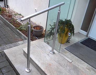 Montagebeispiel: Hauseingangstreppe - Handlaufstütze mit höhenverstellbarem Handlaufträger, welcher am Handlauf entsprechende der Treppenneigung verschweißt ist