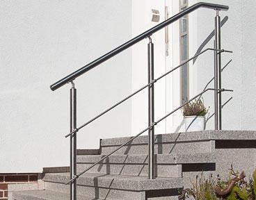 Montagebeispiel: Hauseingangstreppe - Geländerpfosten mit Handlaufstützen mit Gelenk und Anschraubplatte