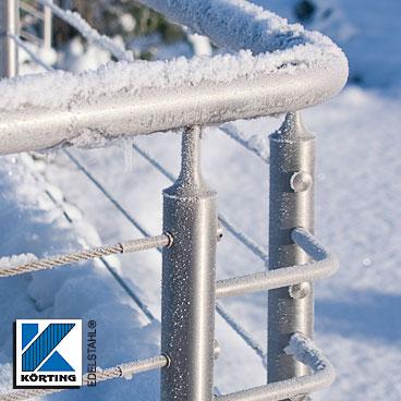 verschweißte Handlaufstütze an einem Seilgeländer im Schnee