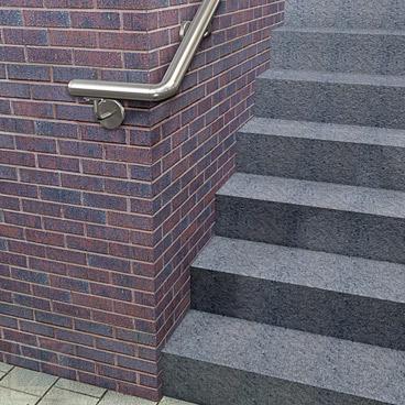Rohrbogen 90° aus Edelstahl für Rohr 42,4 x 2,0 mm - Montagebeispiel: Wandhandlauf einer Eingangstreppe - der Handlaufanfang wird mit dem 90° Bogen um die Hauswand geführt