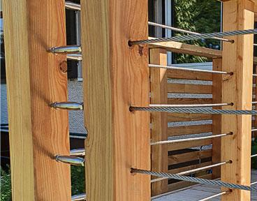 Kundenprojekt: Seilfüllung an den Balken einer Holzterrasse