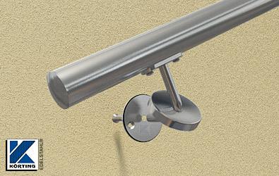 am Handlauf kann nun die Anschraubplatte verschraubt werden, danach wird die Edelstahlronde rückseitig mit einer Senkschraube M8 an den Handlaufträger angeschraubt